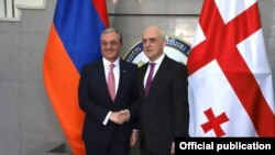 Глава МИД Грузии Давид Залкалиани (справа) со своим армянским коллегой Зограбом Мнацаканяном