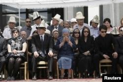 Родственники Чингиза Айтматова на похоронах писателя. Бишкек, 14 июня 2008 года.