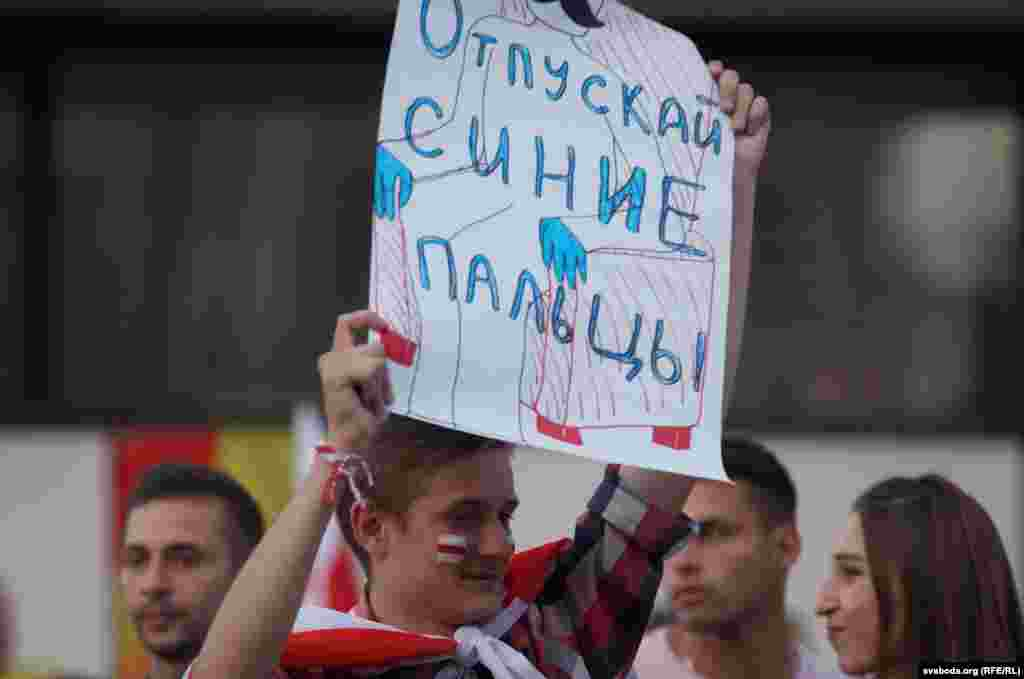 Напис на плакаті: «Відпускай сині пальці». Ще у листопаді 2019 року, Олександр Лукашенко заявив журналістам, що не буде триматися синіми пальцями за крісло.«Якщо буду відчувати, що ви категорично проти, звичайно, буду переживати, але тим не менш ви повинні мою кандидатуру відкинути на виборах. І я пообіцяв, що синіми пальцями за крісло триматися не буду. Повірте, це не зовсім м'яке крісло», – пообіцяв тоді Лукашенко