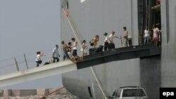Тысячи иностранцев ожидают эвакуации в бейрутском порту