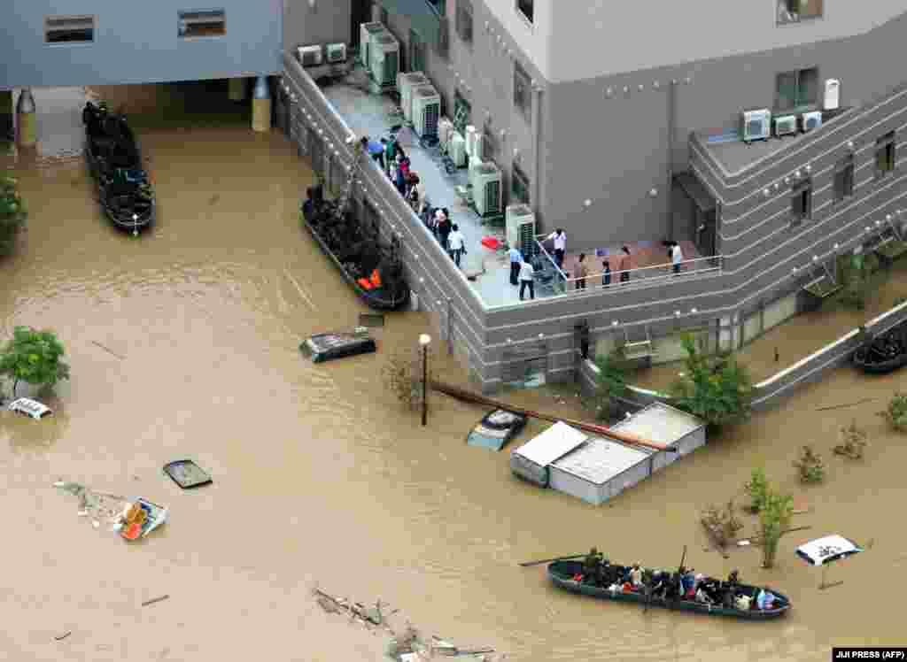 Около 270 тысяч домов лишены воды и электричества.
