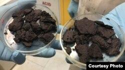 Цей подібний на шоколад порошок – це мільярди часточок, які використовують для виробництва екранів; покриття товщиною в один мікрон може повністю захистити електроніку від електромагнітного випромінювання
