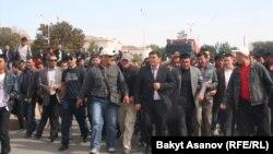 Депутат Камчыбек Ташиев митингчилерди Ак үйгө баштап келатат. 3-октябрь, 2012.