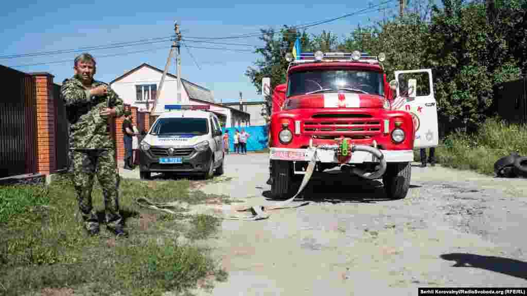 Місцеві жителі викликали пожежників та поліцію...