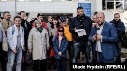 Сергей Тихановский и подписчики, которые пришли его поддержать, в управлении ГАИ ГУВД Мингорисполкома
