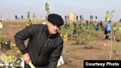 Гражданский активист Олег Гарницкий из Караганды (слева) во время посадки деревьев