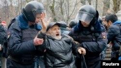 Русия полициясе Мәскәү мәхкәмәсе яныннан читтәрәк булганнарны да тоткарлый. 24 февраль 2014