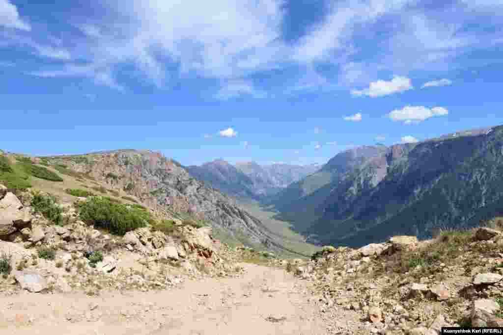 Грунтовая дорога ведущая в ущелье Кора. Первые шесть километров - спуск по сложному горному серпантину.