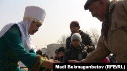 Мерекеге жиналғандарға наурыз көже ұсыну. Алматы, 21 наурыз 2011 жыл
