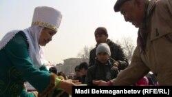 Астана алаңында Наурыз мерекесі кезінде тегін наурыз көже таратылды. Алматы, 21 наурыз 2011 жыл.