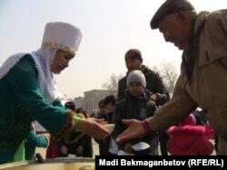 Астана алаңында наурыз көже тегін таратылды. Алматы, 21 наурыз 2011 жыл.