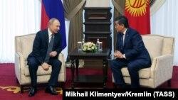 Президенты Кыргызстана и России Сооронбай Жээнбеков и Владимир Путин. Бишкек, 28 марта 2019 года.