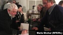 Борис Херсонський підписує книжку «Родинний архів» для празького україніста Богдана Зілинського