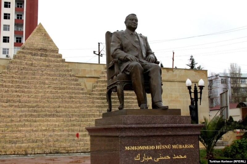 Azerbaijani Youth Ridicule Mubarak Statue