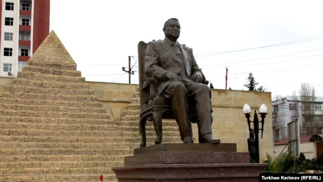 Monument of Egypt president Hosni Mubarak in a Baku park