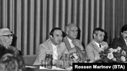 """Владимир Живков (вторият отляво) по време на пресконференция по повод Четвъртата детска асамблея """"Знаме на мира"""". 28 юни 1988 г."""