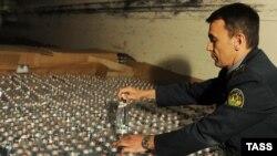 """Сотрудник таможни Московской области проверяет партию минеральной воды """"Боржоми"""", прибывшей из Грузии. 27 мая 2013 года."""