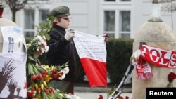 У Президентского дворца в Варшаве - сотни тысяч цветов и свечей.