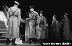 Сцена з вистави «Біла гвардія» за однойменним романом Михайла Булгакова. Москва, 18 січня 1992 року