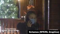 Поки менеджерка закладу комусь телефонує – звідти виходить офіціантка, але помічає камеру і повертається до приміщення