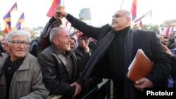 Лидер партии «Наследие» Раффи Ованнисян приветствует своих сторонников на площади Свобода, Ереван, 24 октября 2014 г.