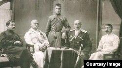 Представители абхазского дворянства. Слева направо: Георгий Шервашидзе-Чачба, Александр Шервашидзе-Чачба, Мелитон Эмухвари, Астамур Инал-ипа, стоит Александр Дзяпш-ипа