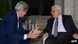 Sekretari Amerikan i Shtetit John Kerry (M) gjatë një takimi me presidentin e Palestinës, Mahmud Abbas (D), Ilustrim