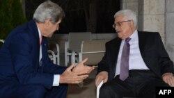 Sekretari amerikan i shtetit, John Kerry gjatë takimit me liderin palestinez, Mahmud Abbas, 16 korrik, 2013