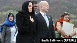 Aktorja, Angelina Jolie së bashku me Sekretarin e Jashtëm britanik, William Hague gjatë vizitës në, Srebrenicë, 28 mars 2014
