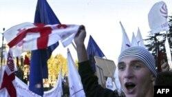 Участники митинга возмутились тем, что президент назвал их выступление пародией на «революцию роз»