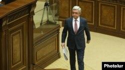 Серж Саргсян поднимается на парламентскую трибуну.