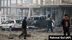 Ауғанстан қауіпсіздік қызметі өкілдері жарылыс болған жерде жүр. Кабыл, Ауғанстан, 20 желтоқсан 2020 жыл.