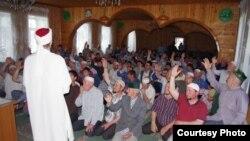 Урта Әләзәндәге 44нче мәхәллә Равил Гайнетдин мөфтиятенә керү өчен тавыш бирә