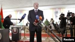 Президент Беларуси Александр Лукашенко на избирательном участке в Минске во время президентских выборов. 19 декабря 2010 года.