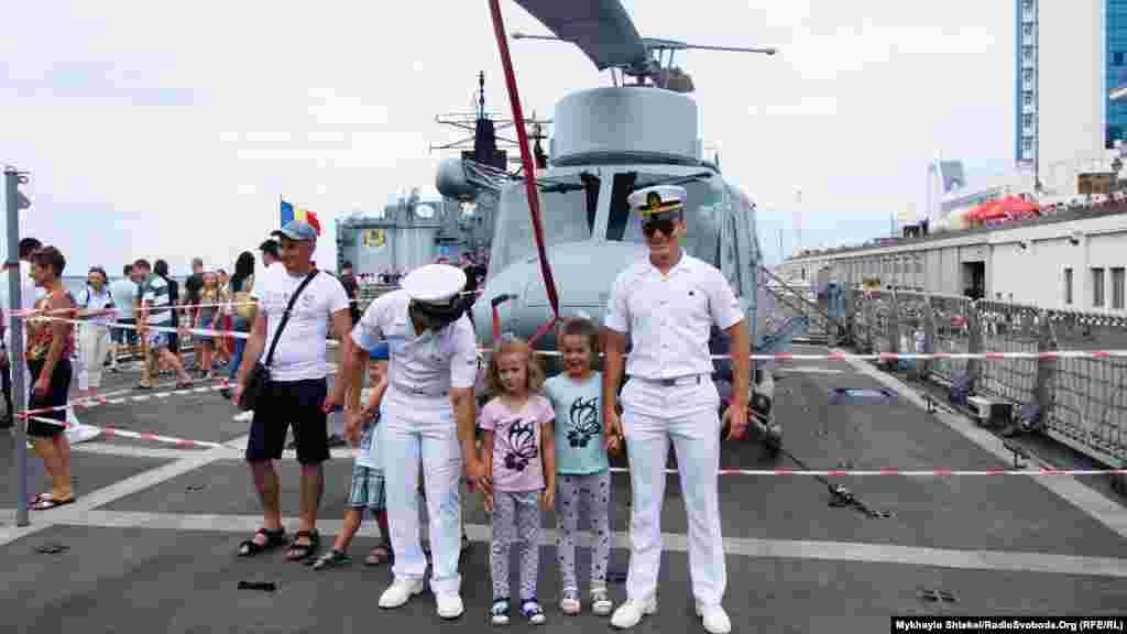 Ще за півгодини до відкриття кораблів для туристів люди почали збиратися – були туристи зі всієї України, з Німеччини, Сполучених Штатів та інших країн