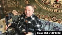 Житель поселка Актау Николай Беликов, который живет в полностью заселенном доме.