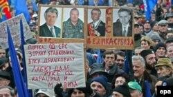 В Сербии хватает противников передачи Гааге «национальных героев» Караджича и Младича (на плакатах). На митинге Радикальной партии