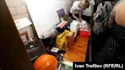 Оранжевая каска среди лотов аукциона