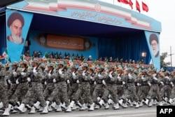Tajbakaš: 'Nakon četiri decenije revolucionarnog žara, centri moći režima - pre svega vojno bezbednosni establišment i verska središta - radikalizuju se umesto da postanu umereniji' (Fotografija: vojna parada u Teheranu, april 2019)