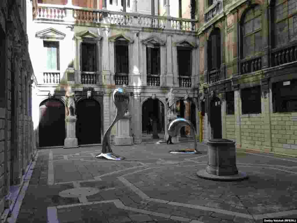 A sculpture by Simon Ma in the courtyard of the Venice Conservatory