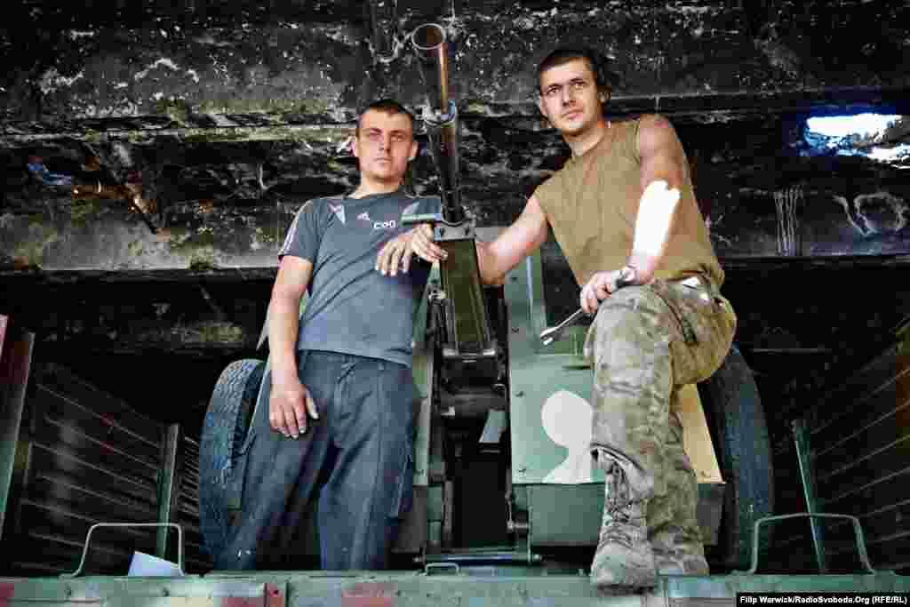 Двоє молодих бійців відновили зброю часів Другої світової, яка тепер повністю функціонує і служить для оборони позицій українських сил біля Донецького аеропорту