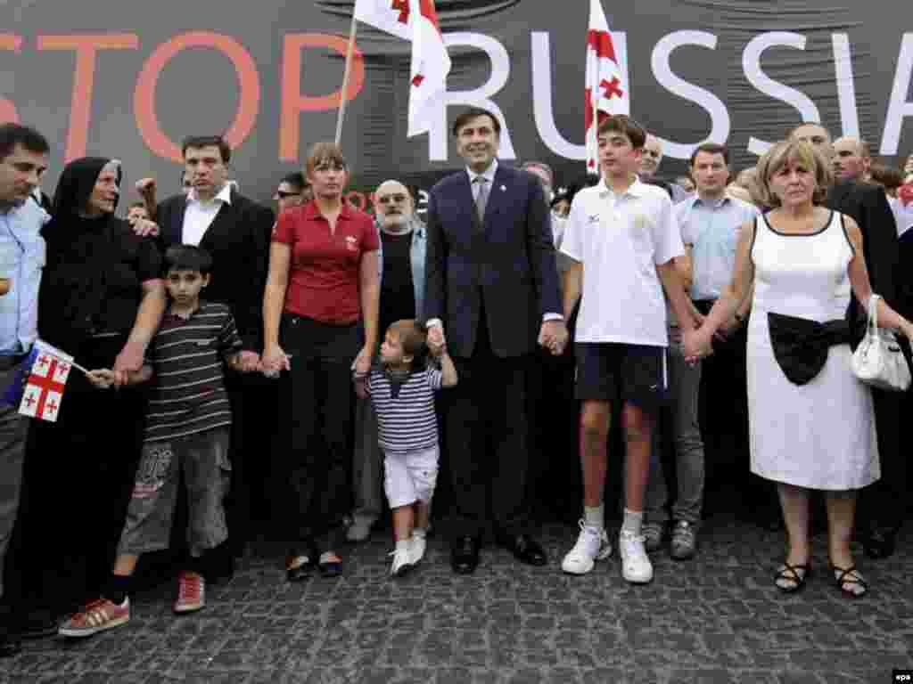 Грузия президенті Михаил Саакашвили анасы Гиули Аласания, ұлдары Эдуард, Николоз және жұбайы Сандра Рулофспен. Тбилиси. 2008 жыл.