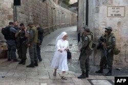 Виа Долороса в Иерусалиме, одно из самых посещаемых паломниками и туристами мест. Зима 2016 года