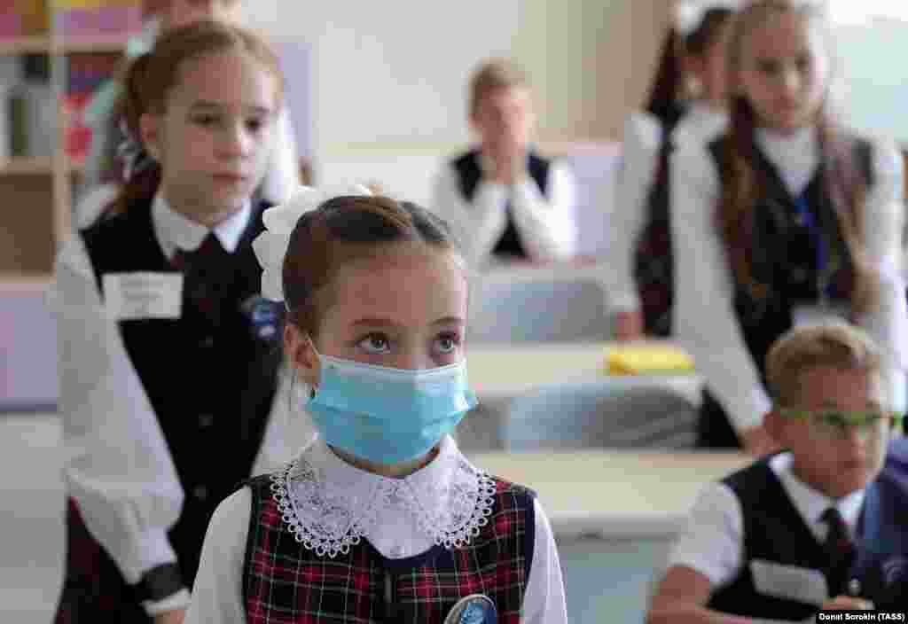 Традиційні церемонії на початку навчального року були скасовані в Єкатеринбурзі, Росія. Школи по всій Росії вимірюють температуру тіла учнів на вході, в основному за допомогою сканерів на лобі, а також використовують антисептичні спреї і лампи для дезінфекції