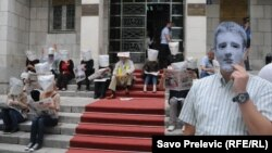 Peformans MANS-a ispred Skupštine: premijer i poslanici sa kesama na glavi, Podgorica, 23. maj 2012.