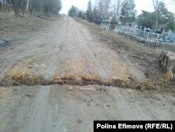 Жители хутора перекапывают дорогу, чтобы помешать проезду техники