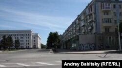 Безлюдний центр Луганська. Ліворуч – колишня будівля обкому КПУ, яка нині є одним із приміщень облдержадміністрації