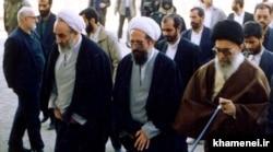 محمد محمدی گلپایگانی (چپ) در بازدید آیتالله خامنهای از شهرری در سال ۱۳۷۳