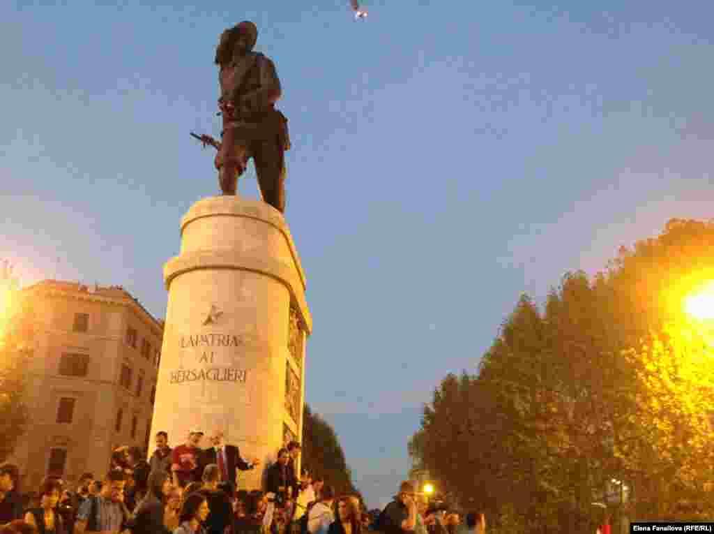 """Памятник берсальеру, неизвестному солдату освободительного движения, превратился в центр """"оккупая"""""""