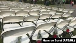 Белые стулья, установленные в память о жертвах рейса MH17, перед посольством России в Гааге. 9 июня 2018 года.